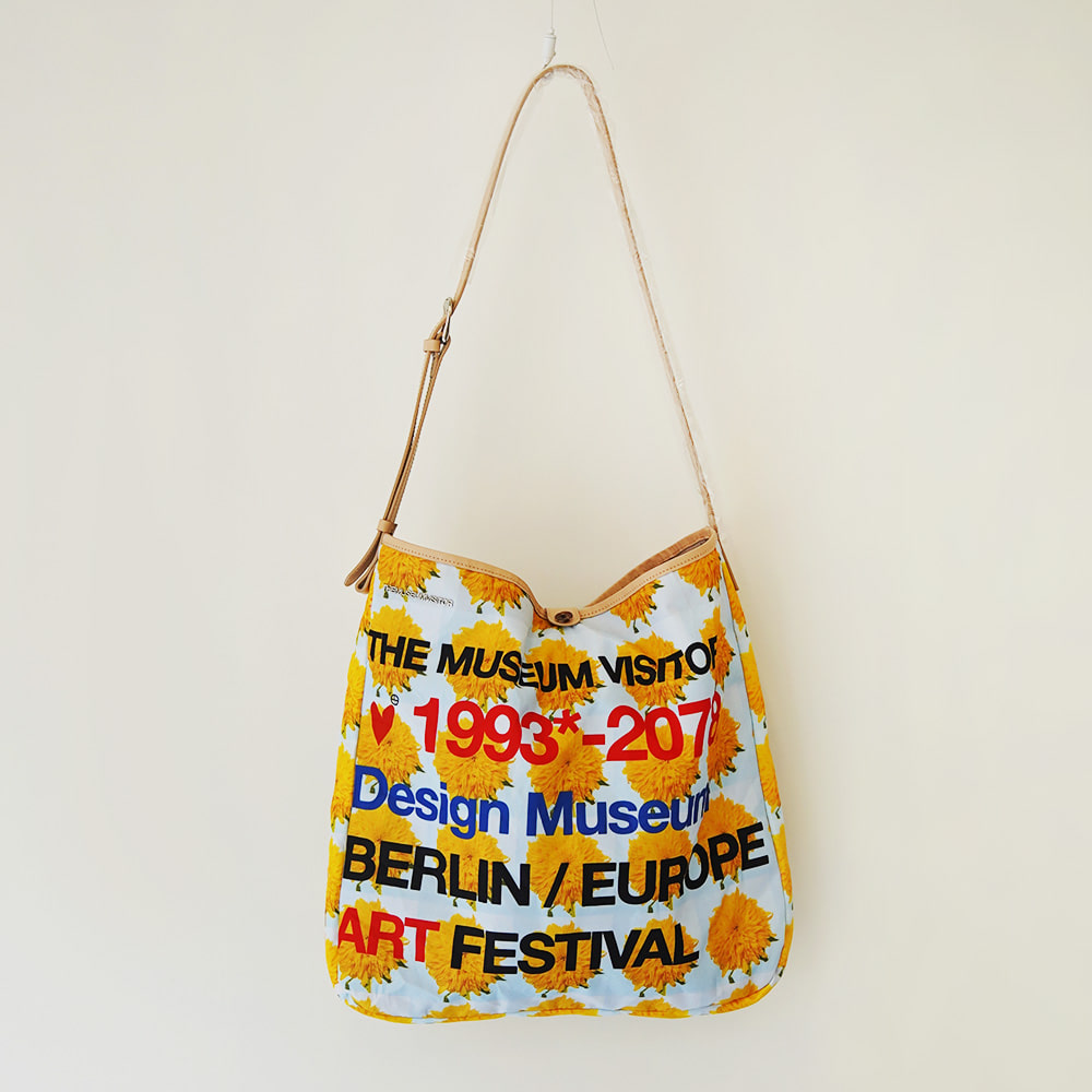 THE MUSEUM VISITOR FLOWER Tote Bag